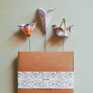 I tre modelli illustrati di fiori-origami: il kusudama, il giglio e il tulipano